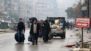 Des habitants fuientles quartiers d'Alep-Est, où sont entrées les forces pro-gouvernementales, le 13 décembre 2016. (ABDALRHMAN ISMAIL / REUTERS)