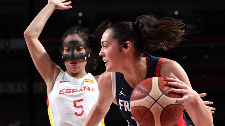 La FrançaiseSarah Michel, ballon en main, face à l'EspagnoleCristina Ouvina en quart de finale des Jeux olympiques, le 4 août 2021. (ARIS MESSINIS / AFP)