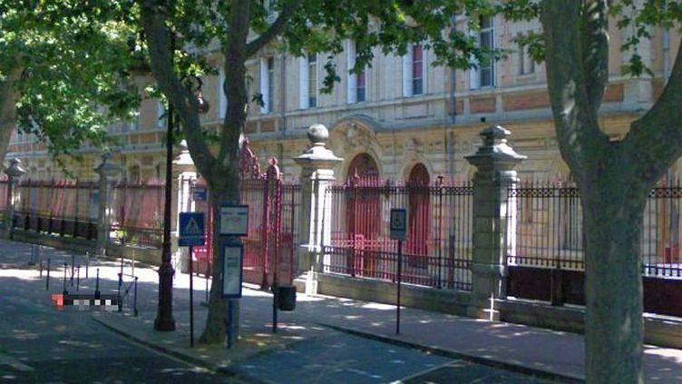 Le collège Victor-Hugo, à Narbonne, où une collégiennene de 13 ans affirme avoir été agressée par un groupe de filles. (GOOGLE MAPS / FRANCE 3 LANGUEDOC ROUSSILLON)