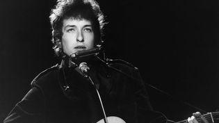 Le chanteur américain Bob Dylan à Londres en 1965. (VAL WILMER / REDFERNS / GETTY IMAGES)