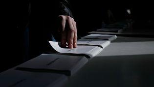 Les bureaux de vote de Saint-Omer et Besançon ont pu rouvrir en fin de matinée. (ALEXANDROS MICHAILIDIS / SOOC / AFP)