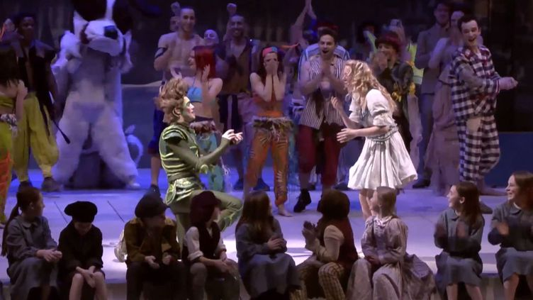 Un comédien jouant Peter Pan a demandé sa partenaire incarnant Wnedy en mariage, alors qu'ils jouaient leur comédie musicale sur la scène d'un théâtre de Glasgow (Ecosse), en janvier 2014. ( YOUTUBE / FRANCETV INFO )