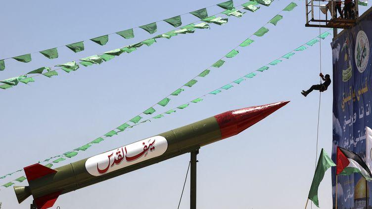 Lors d'un camp d'été militaire du Hamas pour de jeunes Palestiniens, le 26 juin 2021 à Gaza. (MAHMUD HAMS / AFP)