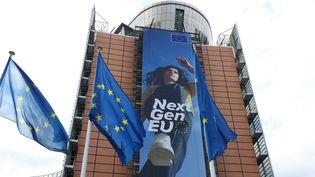 Une affiche vantant leplan de relance européensur la façade dusiège de la Comission européenne à Bruxelles (Belgique), le 11 mai 2021. (DURSUN AYDEMIR / ANADOLU AGENCY / AFP)