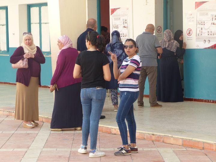 Dans la cour d'un centre de vote installé dans le lycée duquartier Elnasr II, près de Tunis, le 13 octobre 2019. En règle générale, les femmes accomplissent leur devoir électoral plus tard dans la journée que les hommes... (FTV - Laurent Ribadeau Dumas)