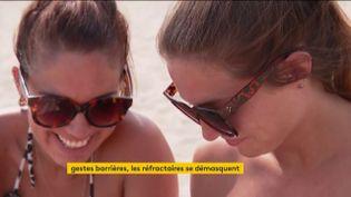 Deux jeunes qui font la fête sans masque et sans respect des distances (FRANCEINFO)