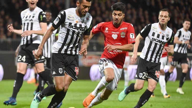 Duel entre Angelo Fulgini (Angers) et Bassem Srarfi (Nice) (JEAN-FRANCOIS MONIER / AFP)