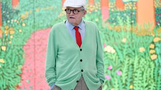 Le peintre britannique David Hockney pose au Centre Pompidou, à Paris, le 26 septembre 2017, devant l'un de ses tableaux. Photo d'illustration. (STEPHANE DE SAKUTIN / AFP)
