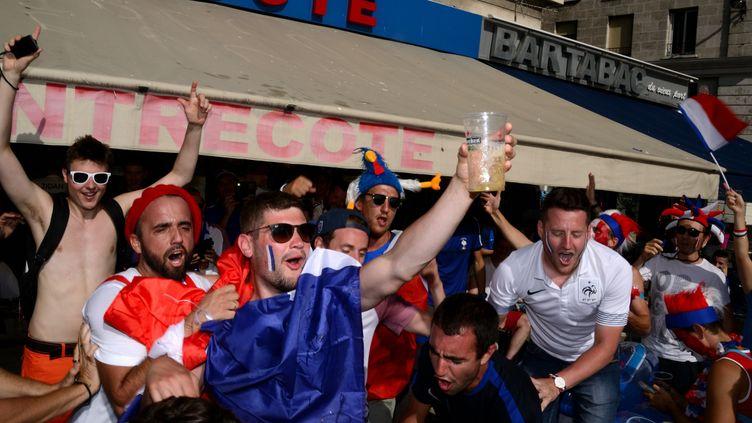 Des supporters français lors de l'Euro de football en France, le 7 juillet 2016, à Marseille. (GERARD BOTTINO / CROWDSPARK / AFP)