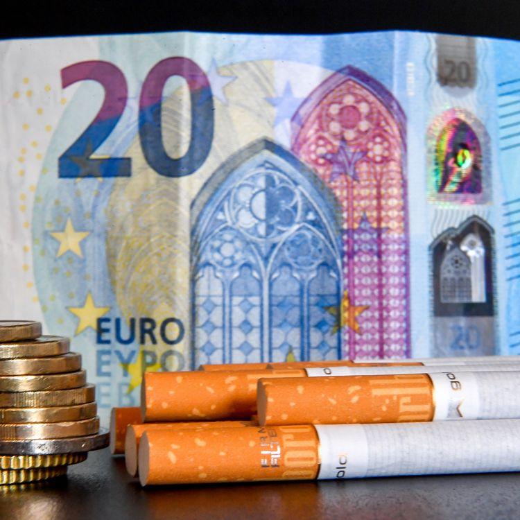 En France, en 2018, le prix d'un paquet de 20 cigarettes s'élève aux alentours de 8 euros. (PHILIPPE HUGUEN / AFP)