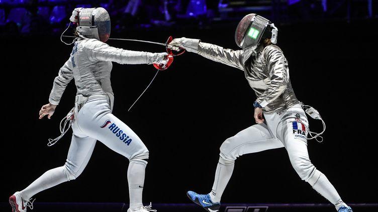 Cécilia Berder (à droite) face à la Russe Sofia Velikaia, lors de la finale par équipe des championnats du monde 2019. (BIZZI TEAM)