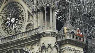Des pompiers inspectent la cathédrale Notre-Dame de Paris le 16 avril 2019 après son incendie. (BERTRAND GUAY / AFP)