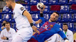 Le Parisien Luka Karabatic est pris en défense par le Barcelonais Janc, lors du match entre le FC Barcelone et le PSG le 21 octobre 2021. (MAXPPP)