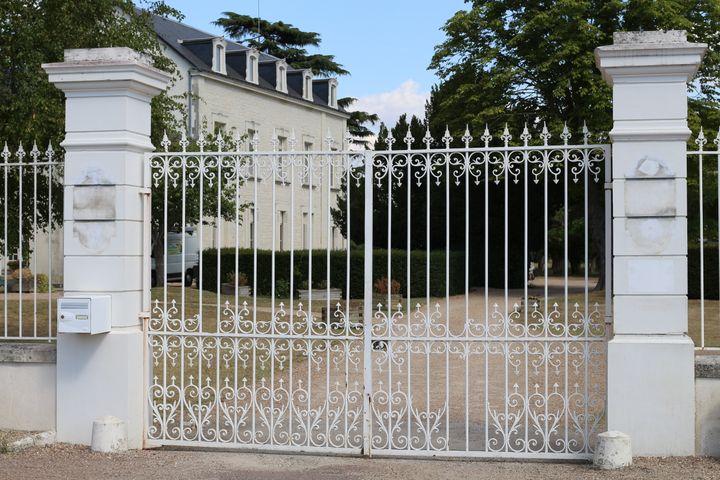 L'entrée du futur centre de déradicalisation de Pontourny à Beaumont-en-Véron (Indre-et-Loire) le 31 août 2016. (BENOIT ZAGDOUN / FRANCEINFO)
