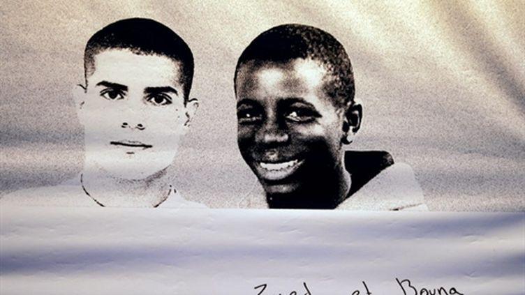 Photo d'un banderole en l'honneur de Bouna Traoré et Zyed Benna, à Clichy-sous-Bois. (AFP PHOTO / JOEL SAGET)