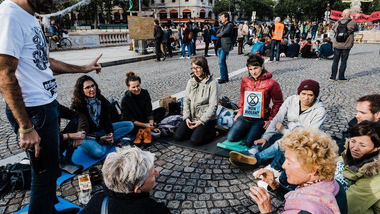 """Des militants du mouvement écologiste Extinction Rebellion se rassemblent à Paris, lors d'une action pour dénoncer l'""""inaction climatique"""" des gouvernements, le 10 octobre 2019. (KARINE PIERRE / HANS LUCAS / AFP)"""