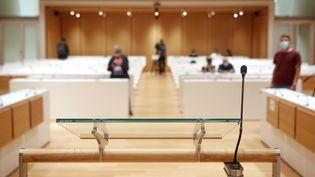 Le pupitre du prétoire dans la salle d'audience dédiée au procès des attentats de janvier 2015, au tribunal judiciaire de Paris, le 27 août 2020. (MAXPPP)