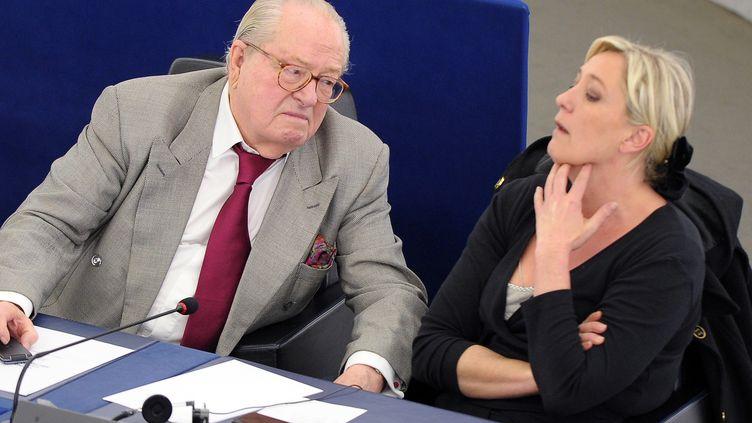 Jean-Marie Le Pen, président d'honneur du FN, à côté de sa fille, Marine Le Pen, au Parlement européen, à Strasbourg (Bas-Rhin), le 13 jun 2013. (FREDERICK FLORIN / AFP)