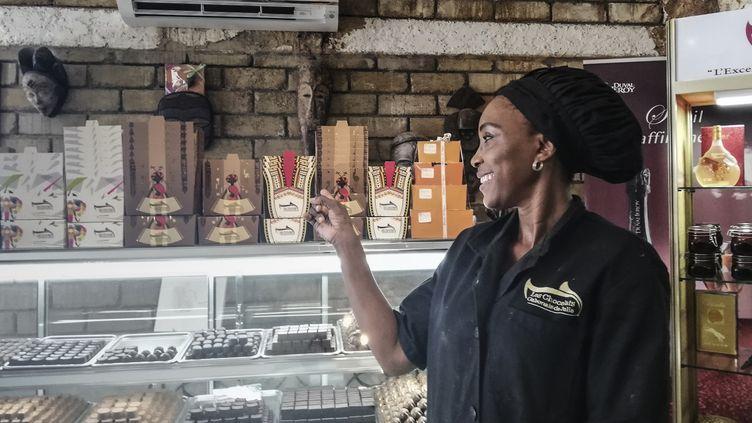 Julie Nyangui, créatrice gabonaise de chocolats artisanaux portant son nom, à Libreville le 8 juin 2019. (SONIA BAKARIC / AFP)