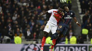 Le défenseur du Paris Saint-Germain Serge Aurier, etle défenseur de l'AS MonacoBenjamin Mendy, lors de lafinale de la Coupe de la Ligue entre le PSG et Monaco, le 1er avril 2017, à Lyon. (JEFF PACHOUD / AFP)