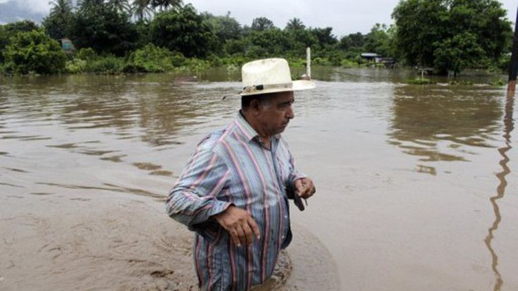 Au Salvador (ici Ciudad Arce), le bilan fait état de 32 morts. (OSCAR RIVERA / AFP)