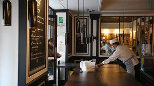 Un restaurant à Cannes (Alpes-Maritimes) livre un repas pendant le confinement, le 24 avril 2020. (MAXPPP)