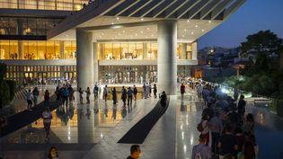 Visiteurs au musée de l'Acropole d'Athènes Acropolis ouvert la nuit du 22 août 2021 (ANGELOS TZORTZINIS / AFP)