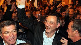 Le nationaliste Gilles Simeoni (au centre) est élu maire de Bastia (Haute-Corse), le 30 mars 2014. (PASCAL POCHARD-CASABIANCA / AFP)