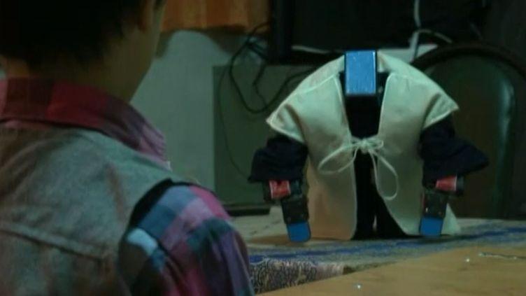 Capture d'écran d'une vidéo montrant le robot Veldan, dans une classe élémentaire, à Varamin (Iran), le 22 février 2014. (AP / FRANCETV INFO)
