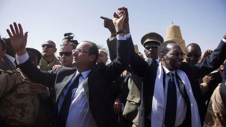 François Hollande et son homologue malien Dioncounda Traoré, à Tombouctou, au Mali, le 2 février 2013. (REUTERS)