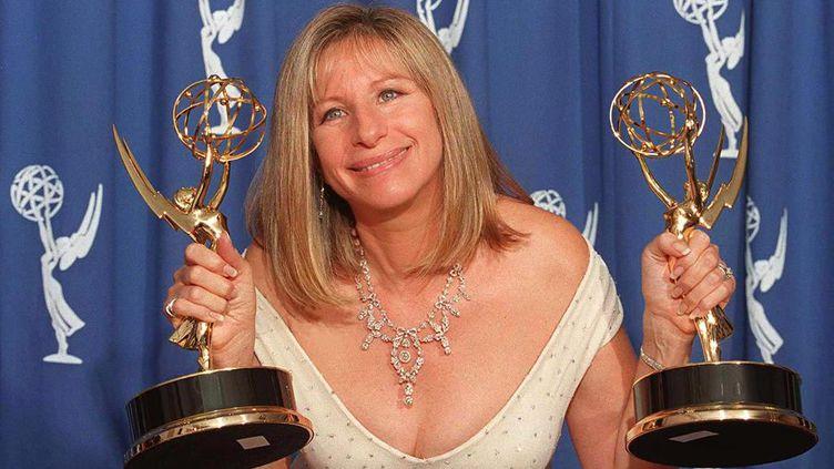 Barbra Streisand, le 11 septembre 1995,lors de la cérémonie des Emmy Awards à Pasadena, en Californie (Etats-Unis). (JEFF HAYNES / AFP)
