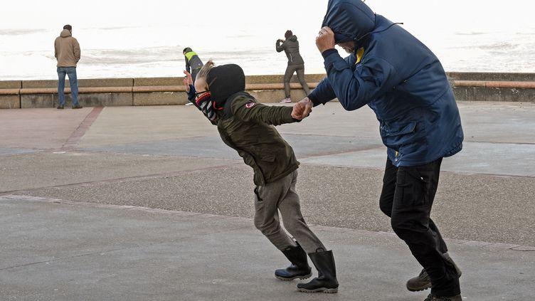 Des personnes affrontent les vents de la tempête Eleanor, àWimereux (Pas-de-Calais), le 3 janvier 2018. (FRANCOIS LO PRESTI / AFP)
