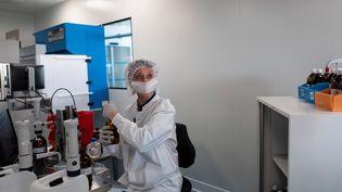 Une salariée du laboratoire Boiron en plein travail à Messimy près de Lyon le 5 février 2019. Illustration. (ROMAIN LAFABREGUE / AFP)