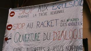 Un prête et deux militants ont entamé une grèce d ela faim pour dénoncer les expulsions des migrants dans les camps à Calais. (ANNA MARGUERITAT / HANS LUCAS)