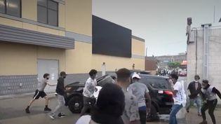 L'histoire semble se répéter aux États-Unis. un homme noir est mort après une arrestation violente. Les quatre policiers ont été limogés au lendemain de ce drame qui a déclenché la colère à Minneapolis. (France 3)