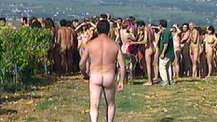 713 volontaires posent nus dans un vignoble bourguignon pour dénoncer le réchauffement climatique le 03/10/2009 (© France 2)