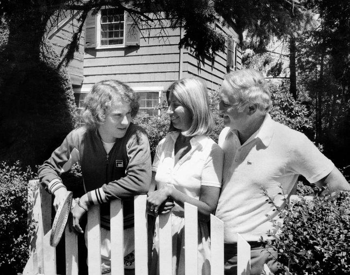 John McEnroe con i suoi genitori fuori dalla loro casa nel Queens, New York, 2 luglio 1977. (NEW YORK DAILY NEWS ARCHIVE / NEW YORK DAILY NEWS / GETTY IMAGES)