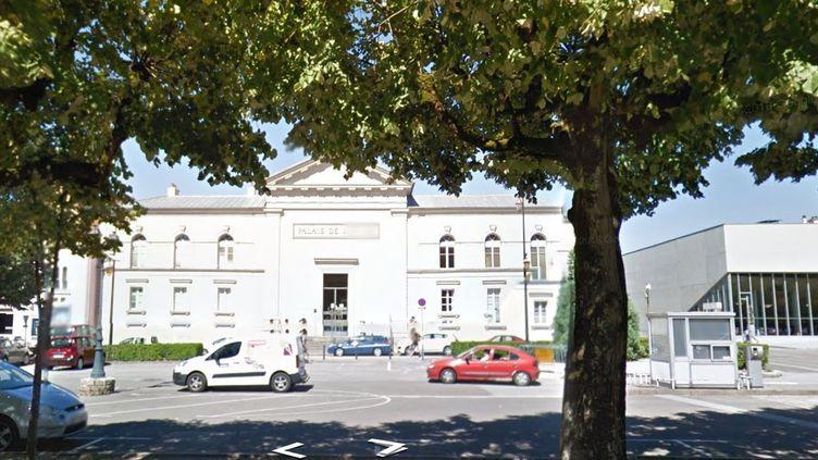 Capture d'écran de la façade principale du tribunal correctionnel de Lons-le-Saunier (Jura), le 17 juin 2017. (GOOGLE STREET VIEW / FRANCEINFO)
