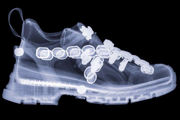 La Sega Flashtrek de Gucci s'est avérée la chaussure la plus difficile à photographier, en raison de ses matériaux haute densité et de ses détails en pierres précieuses, a expliqué Hugh Turvey.  (Hugh Turvey)