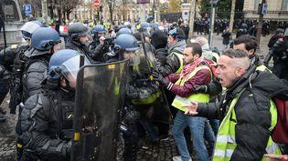 """Les forces de l'ordre confrontés aux """"gilets jaunes"""", le 24 novembre, sur les Champs-Elysées à Paris. (LUCAS BARIOULET / AFP)"""