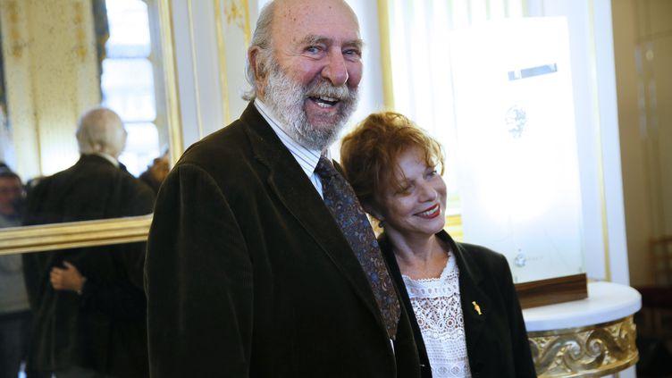 Jean-Pierre Marielle et son épouse Agathe Natanson, le 16 octobre 2014, à Paris. (PATRICK KOVARIK / AFP)