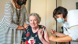 Une résidente d'un Ehpad àPort-Vendres (Pyrénées-Orientales) reçoit sa troisième dose de vaccin, le 9 septembre 2021. (ALINE MORCILLO / HANS LUCAS / AFP)