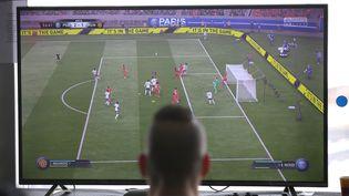 Le député Pierre-Henri Dumont va proposer des parties du jeu de football Fifa à sa permanence. (MAXPPP)
