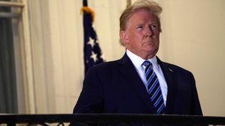 Donald Trump lors de son retour à la Maison Blanche depuis l'hôpital militaire de Walter Reed où il a été soigné pour le Covid-19, le 5 octobre 2020. (NICHOLAS KAMM / AFP)