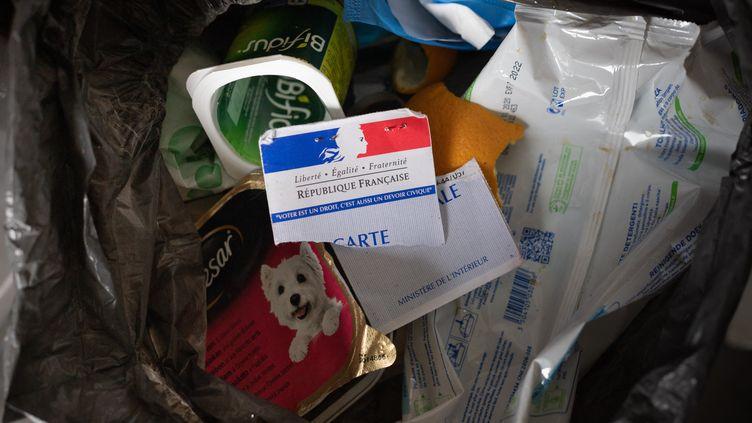 Une carte électorale jetée à la poubelle (photo d'illustration). (GEORGES GONON-GUILLERMAS / HANS LUCAS / AFP)