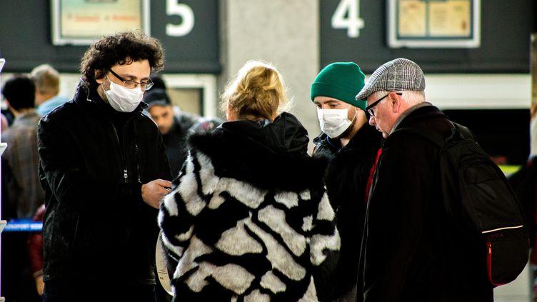 Des voyageurs portent des masques pour se protéger du coronavirus, le 1er mars 2020, à l'aéroport de Montpellier (Hérault). (ISELYNE PEREZ-KOVACS / HANS LUCAS / AFP)