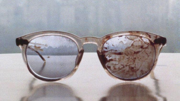 Yoko Ono a publié sur Tweeter cette photo des lunettes de John Lennon le jour de sa mort, pour protester contre la législation sur les armes  (DR)