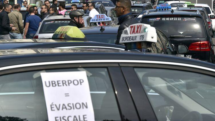 Une manifestation de chauffeurs de taxi contre Uber France, le 9 juin 2015 à Nantes (Loire-Atlantique). (GEORGES GOBET / AFP)