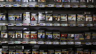 Un présentoir de cigarettes dans un bureau de tabac à Fervaches (Manche), le 5 décembre 2018. (CHARLY TRIBALLEAU / AFP)