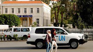 Un véhicule des Nations unies à Damas (Syrie), le 17 avril 2018. (OMAR SANADIKI / REUTERS)